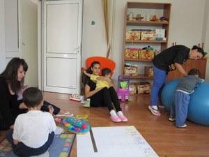 Photo of Русенски студенти са любимци на децата от Розовата къща