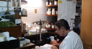 """Лабораторията на аптека """"Николови"""" е като последният мохикан, приготвя всички видове лекарства по рецепти"""