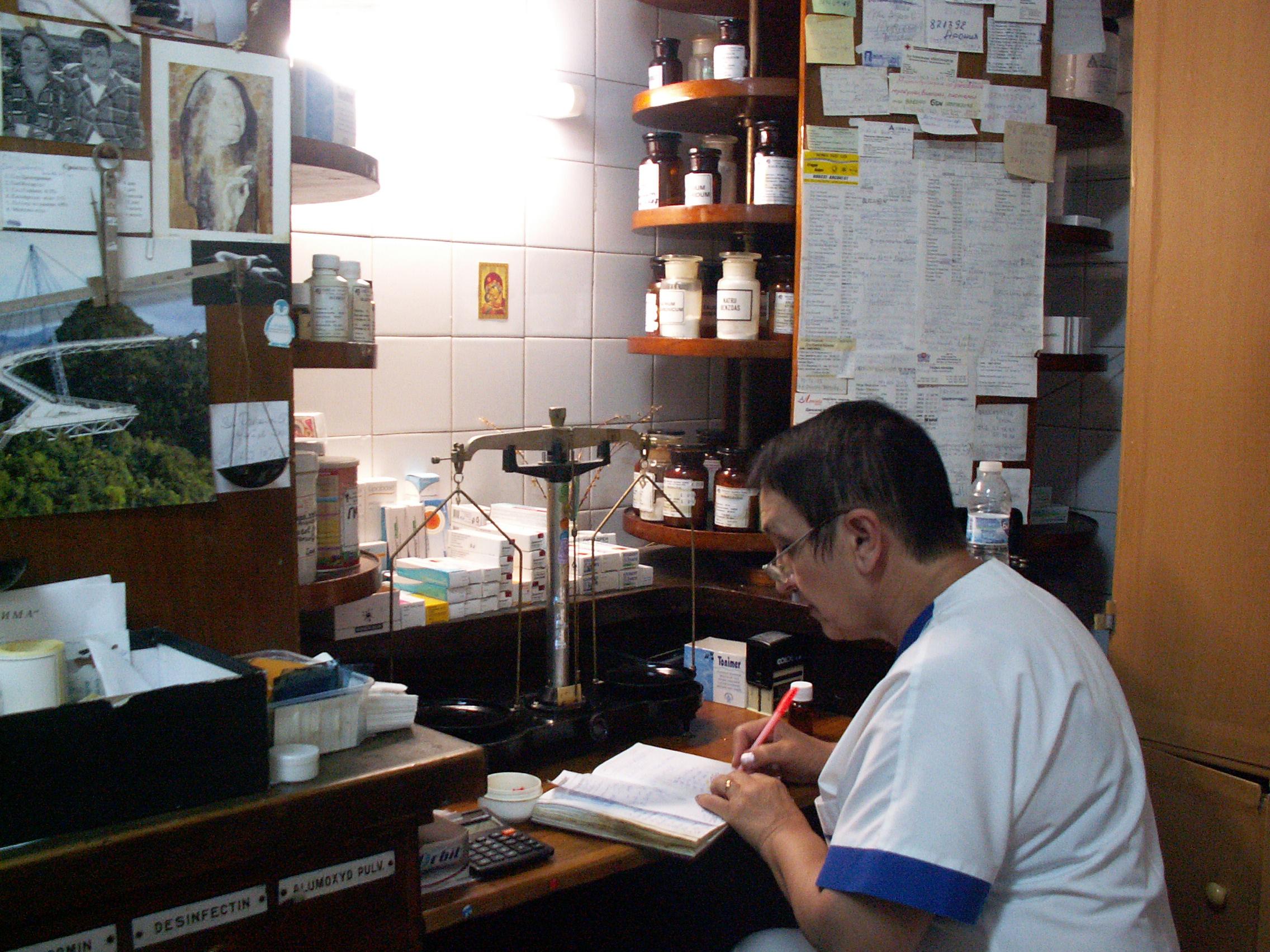 """Photo of Лабораторията на аптека """"Николови"""" е като последният мохикан, приготвя всички видове лекарства по рецепти"""