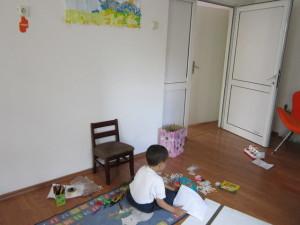 Дете си играе в Розовата къща