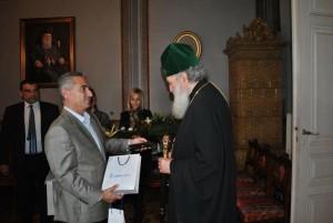 Зам.-кметът Наков връчва подарък на президента