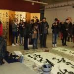 Японски калиграф изписва текстове в състояние на медитация
