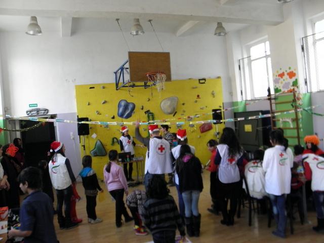 Photo of 30 деца от приемни семейства празнуваха с Дядо Коледа
