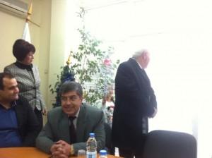 Малко момиченце сурвака председателя на Общинския съвет Васил Пенчев