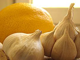 400 г. български чесън, 3 лимона с корите, които се смилат през месомелачката.