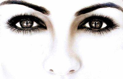 Ако искате да укрепите мускулите на очите за хоризонтално действие и да подобрите тяхната координация, поставете полусвитата си ръка вдясно и фокусирайте странично с очи нейните пръсти.