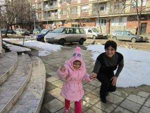 Фани смело върви,  водена за ръка от  директорката на Розовата къща.Тя се радва на снега и е щастлива в новия си дом