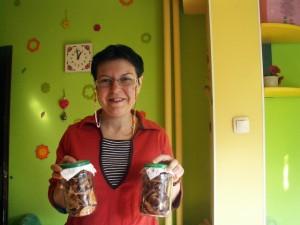 В кухнята си Марияна е складирала голямо количество запаси от изсушени плодове в буркани