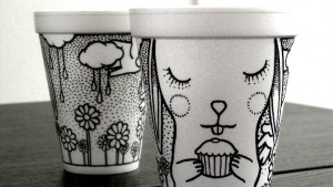 Бисфенолът се съдържа в голям процент от пластмасите, затова от известно време в Европа и САЩ кафето и топлите напитки се сервират в хартиени или стиропорови чаши.