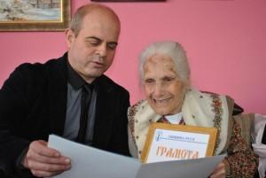 Кметът Пламен Стоилов зарадва баба Станка за 100-годишнината й