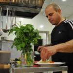 Пламен Стоилов готви агнешко със спанак за Гергьовден