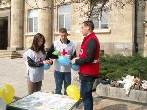Доброволци на БЧК и ресурсни учители се включиха в кампанията за информиране - що е то аутист