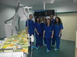 """Д-р Руслав Касабов (вляво) и част от  екипа на отделението по кардиология в МК  """"Пълмед"""" с новия ангиограф"""