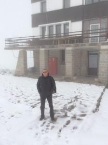 Минути по-късно на хижа Безбог е истинска зима.