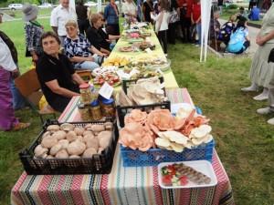 Жители на селото бяха подготвили над 20 различни ястия с гъби – от сладкиши и торти, до пълнен заек и пай с гъби