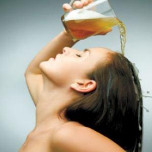 Благодарение на голямото количество полезни вещества бирата придава жив, здрав блясък дори на най-сухата коса.