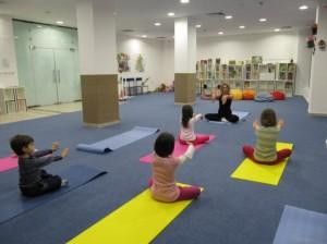Движението организира йога в училища и детски градини.