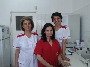 Екипът на микролабораторията отдясно на ляво: д-р Йолета Гарванска, биологът Диана Дамянова и вирусологът Снежана Станчева