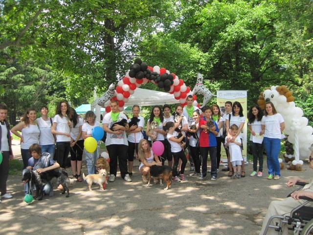 """Photo of Кучета с балони казват: """"Не бъди безразличен!"""""""
