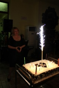 Д-р Розина Мирчева в очакване да разреже голямата торта