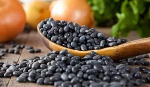 Една купички сготвен черен боб съдържа 41 г въглехидрати, 15 г фибри, 15 г протеини и 1 г мазнини.