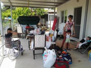 Деца с увреждания от Розовата къща се къпят в залива на Тюленово