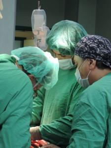 Комплицирана животоспасяваща операция спаси жена с едногодишни болки в корема.