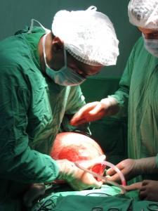"""Киста с размер по-голям от футболна топка отстраниха от корема на 38-годишна пациентка хирурзите от """"Софиямед""""."""