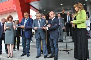 Бойко Борисов, кметът Пламен Стоилов и д-р Камен Кожухаров прерязаха лентата на Комплексния Онкологичен Център