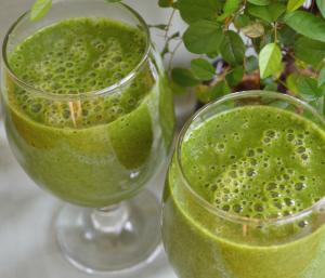 Зеленото смути е комбинация от зелени листни зеленчуци, кълнове, водорасли, подправки, цитруси.