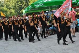 """Начало на четвъртия Национален фолклорен събор на любителските клубове за народни танци под наслов """"Да се хванем на хорото на Текето под небето"""" дадоха кметът на община Русе Пламен Стоилов и кметът на Николово Марийка Генова"""