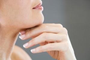 С пръсти потупвайте кожата под брадичката, а след това опишете дъга с пръсти от шията към брадичката.