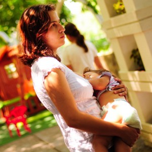 Съвременното естествено хранене осигурява всички хранителни вещества, от които бебето се нуждае в първите месеци