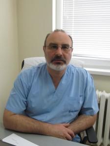 За малките пациенти с херния, настанени в Хирургично отделение, се грижи екип от специалисти сред които лично началникът на лечебното заведение д-р Ивелин Йоцов