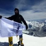 Иван Томов развя знамето на Русе на връх Броуд Пик