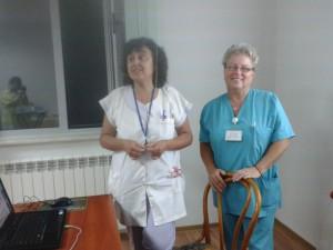 Д-р Ани Матеева /вляво/ и старшата акушерка Мария Георгиева са удовлетворени от големия интерес на майките, които слушаха лекциите в АГ-то