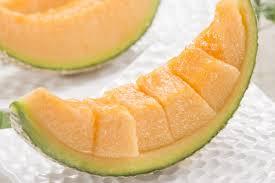 Няколко резенчета пъпеш, които се смачкват с вилица и към тях се добавят 2-3с.л. мед е идеалната смес за хидратираща маска.