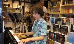 В Атина релаксират с музиката на 13-годишен русенски пианист