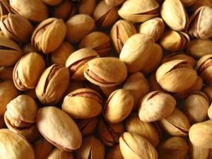 Безсолните бадеми и шамфъстък осигуряват не само протеини и здравословни мазнини.