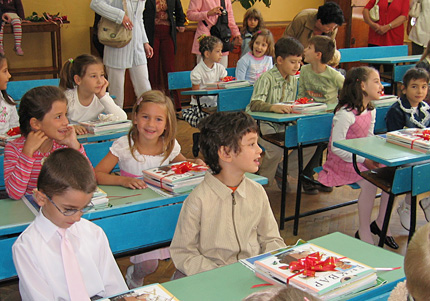 Първият учебен ден започва с песен на Хайгашод и дарения вместо цветя