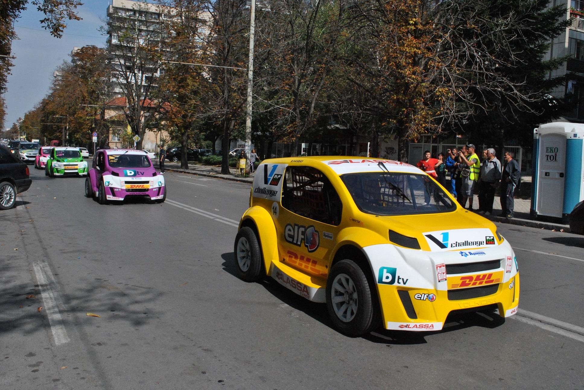 Иновативната надпревара се провежда със специално създадените за състезания автомобили, наречени Volkicar