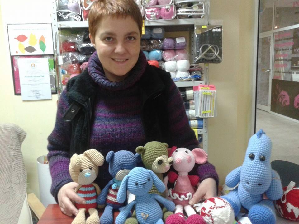 Плетените играчки на Деси са като любопитни деца, които искат да разкажат историите си