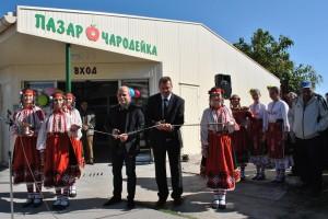 """Лентата на обновения пазар прерязаха кметът Пламен Стоилов и управителят на """"Общински пазари"""" Кунчо Кунчев"""