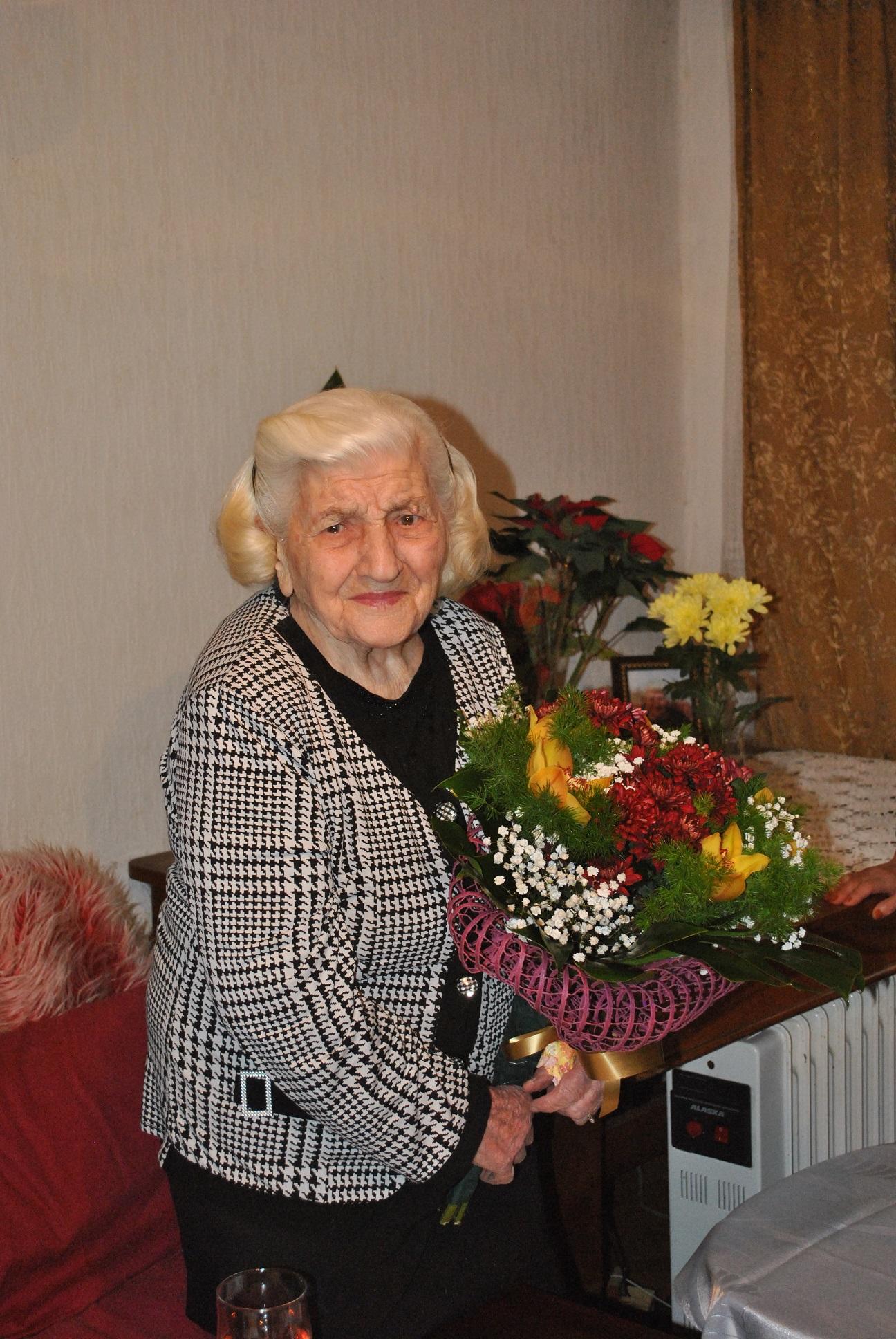 Photo of И на 100 години баба Мария е без бастун и хапва от всичко