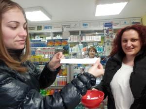"""Студентка изтегли победителя в играта на """"Здраве да е"""" и Аптеки """"Астра""""."""