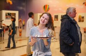 Ани Бисет предлага с усмивка парчета зелено сирене на гостите в МОЛ-а