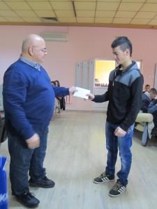 Стилян Иванов получава наградата си от д-р Кирчо Панайотов