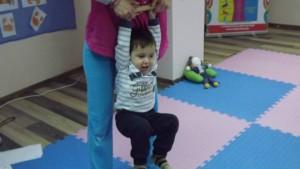Малкият Ники с удоволствие изпълнява упражнения