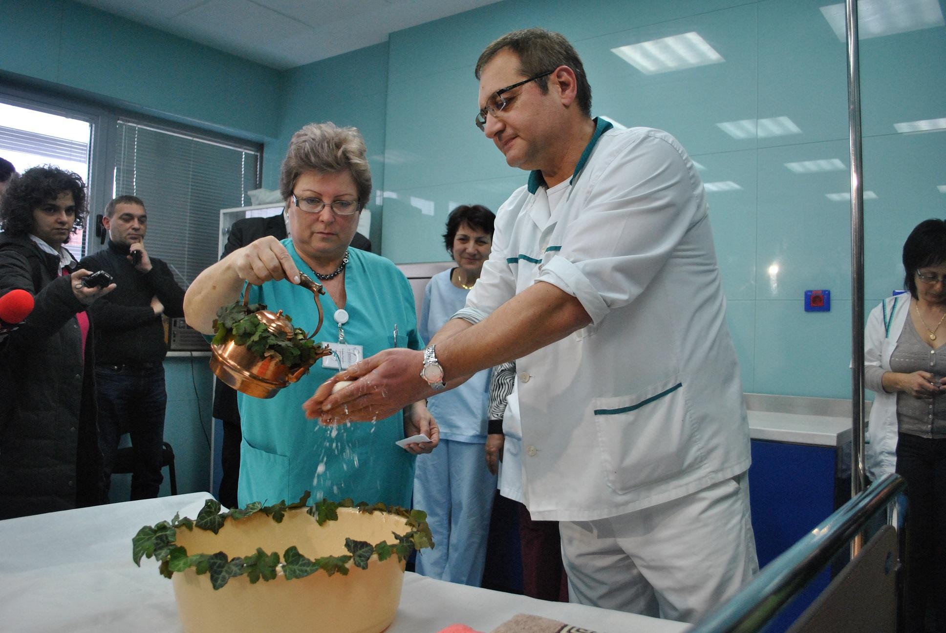 Старшата акушерка Мария Георгиева изми ръцете на д-р Хубчев и му пожела повече бебета в община Русе