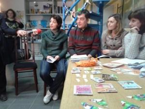 Нина Николова, отляво, е вторият посредник от общността, който ще помага в работата с групата от Средна кула